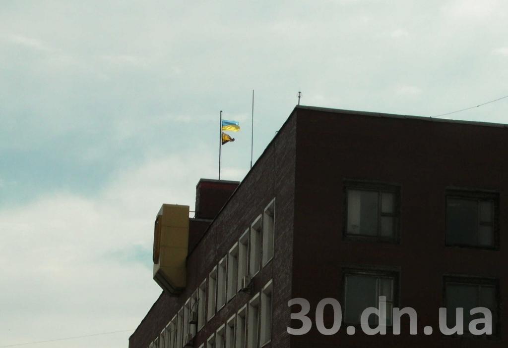 Ukrainos vėliava virš Enakijevo savivaldos pastato