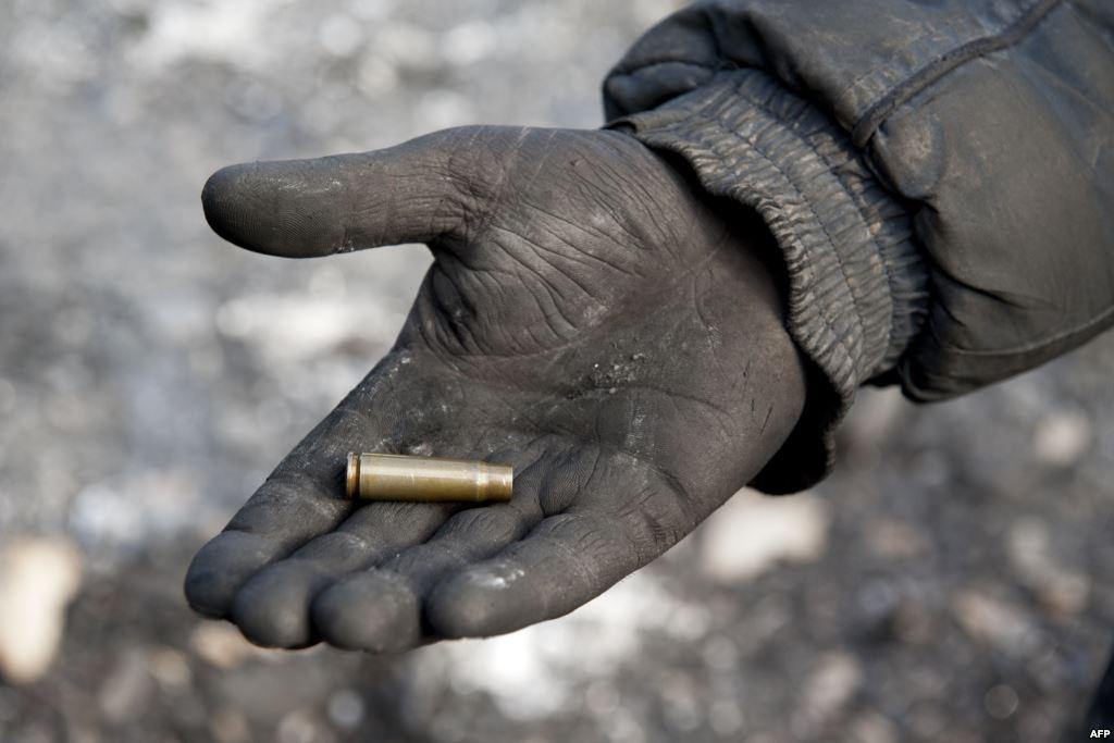 Maidano aktyvistas rodo kovinio šovinio gilzę, 2014 vasario 20 diena.