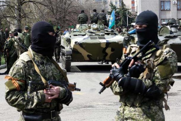 """Ukrainos desantininkų šarvuočiai (BMD) buvo užgrobti, kai juos apsupo ginkluotų teroristų remiami """"taikūs gyventojai"""""""