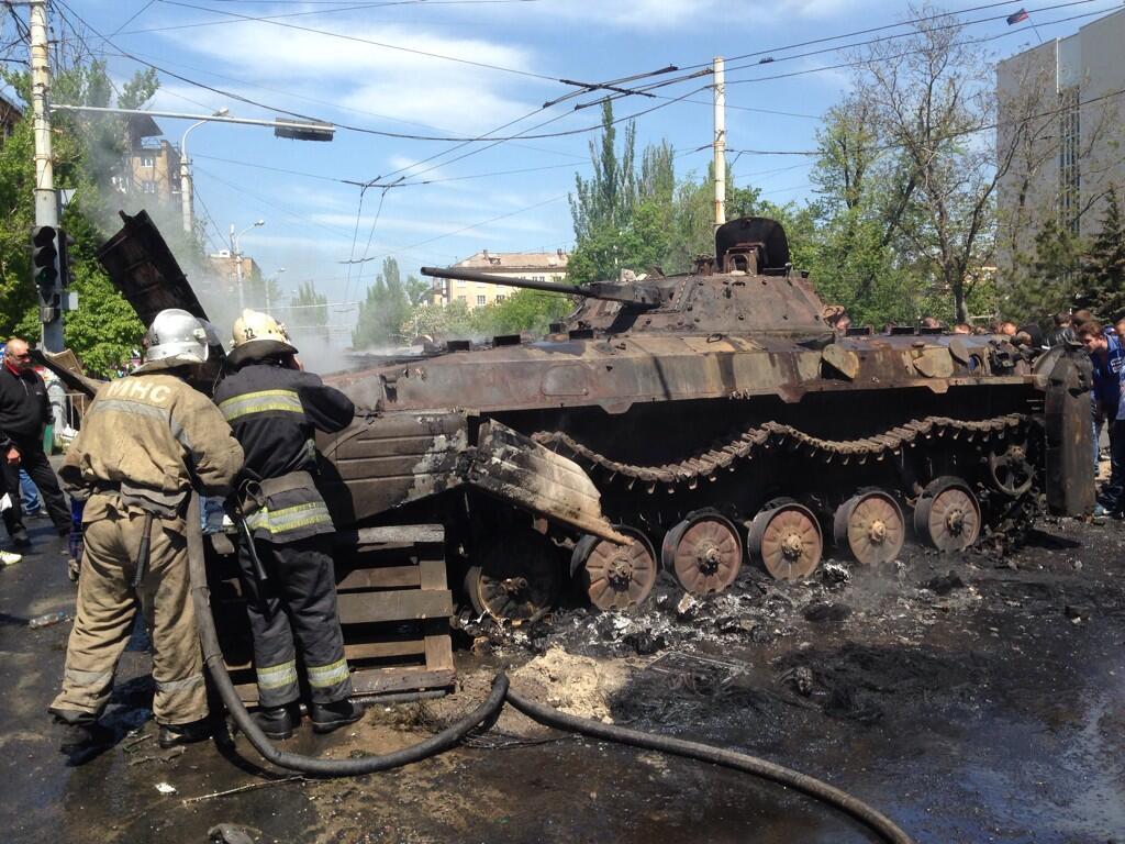 Teroristų iracionalumas: įgytu tanku pasivažinėja gatvėmis ir jį sudegina.
